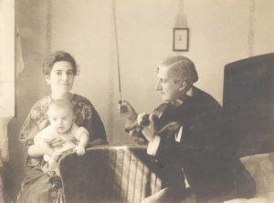 Dinu Lipatti, la vârsta de un an, alături de mama şi tatăl său